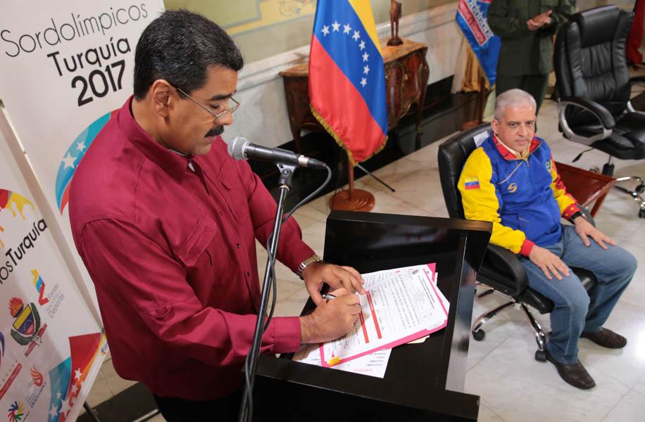 Maduro abanderó a delegación venezolana en Juegos Sordolímpicos 2017