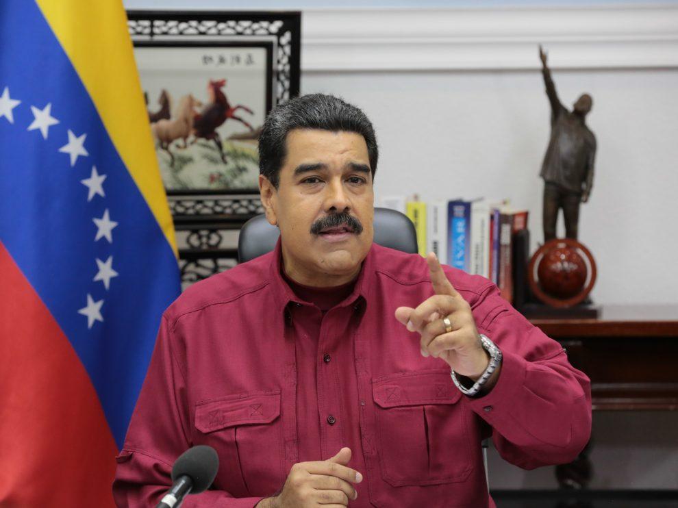 Maduro condecora a Delcy Rodríguez con espada del Libertador
