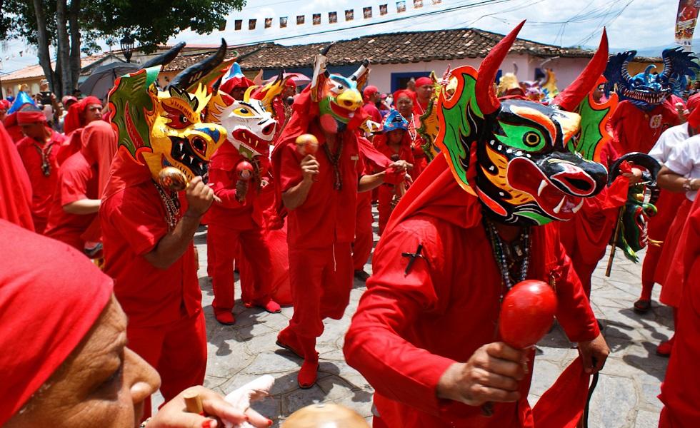 Pueblo acompaña a los Diablos Danzantes de Yare en su día
