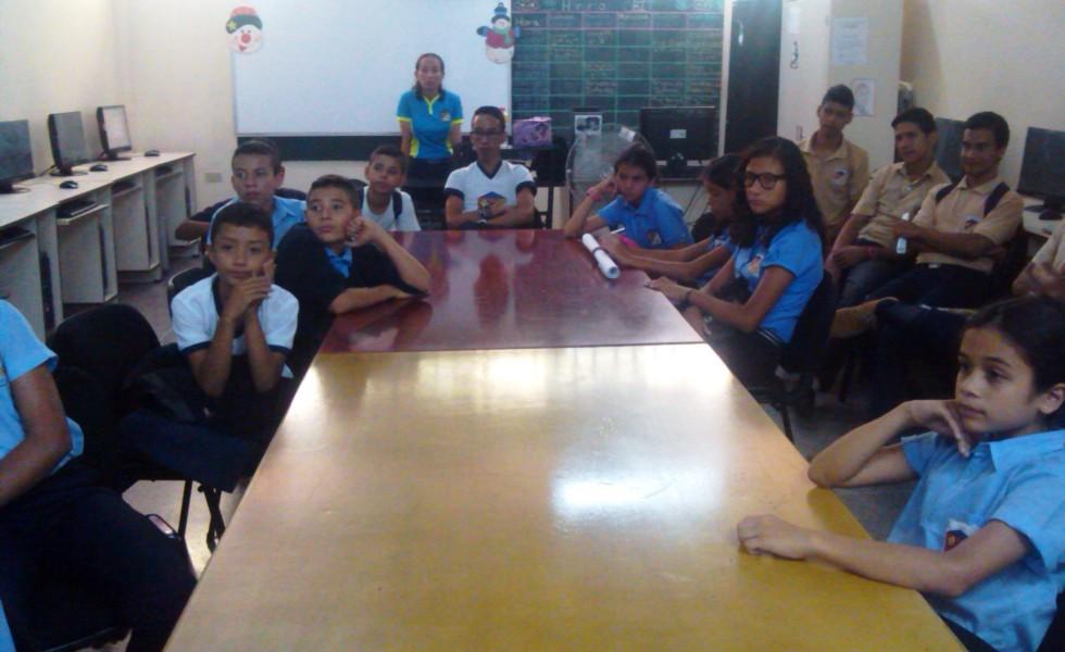 Estudiantes atentos a la exposición durante el desarrollo del taller