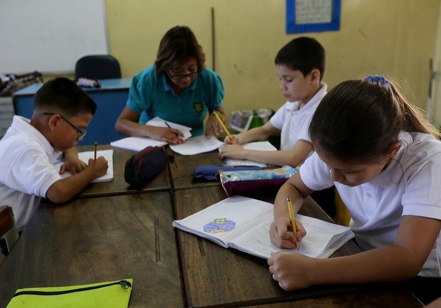 Felicita Nicolás Maduro a los maestros venezolanos en su día