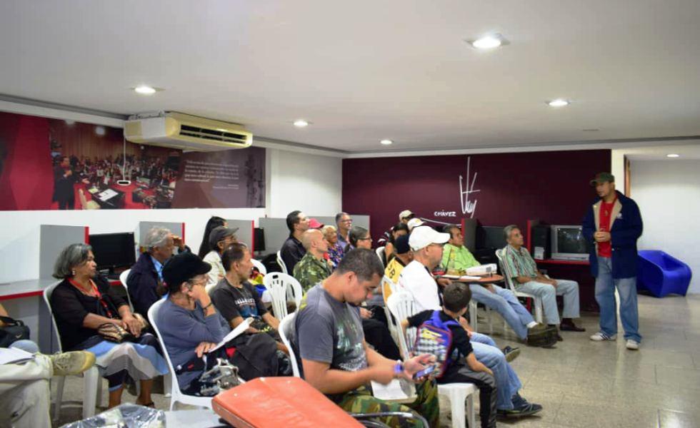 Miembros de la radio comunitaria La Voz de Guacaipuro se reunieron para discutir su próxima salida al aire